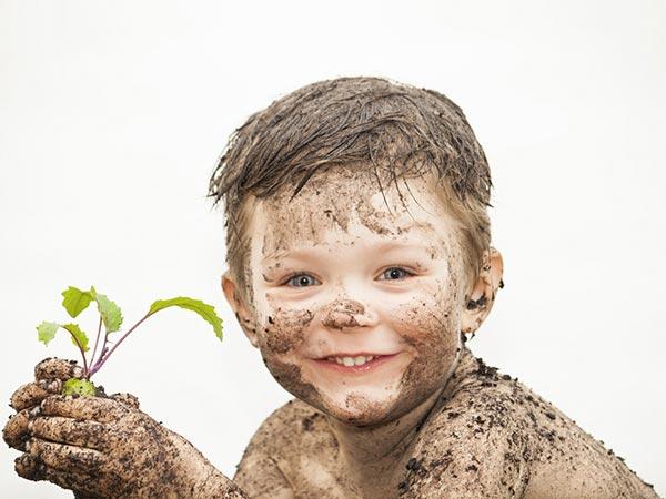 Kind mit Pflanze